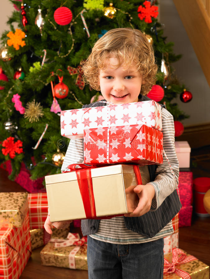 Cadeaux de fixation d'enfant en bas âge image libre de droits