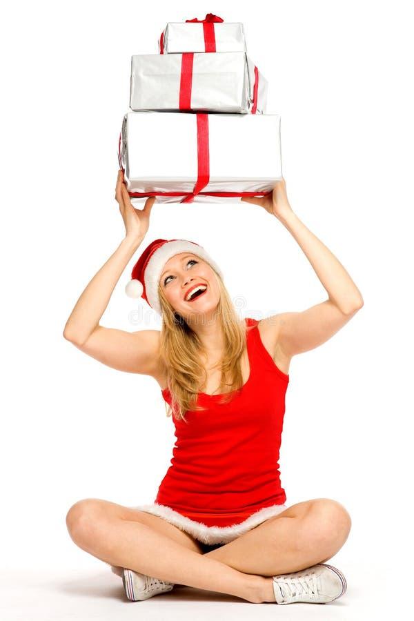 Cadeaux de fixation de fille de Santa au-dessus de sa tête photo libre de droits