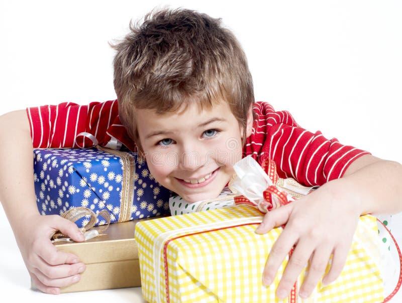 cadeaux de garçon peu photos libres de droits