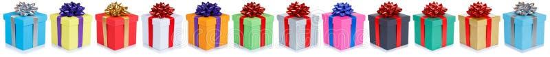 Cadeaux de mariage de Noël de cadeaux d'anniversaire dans une rangée d'isolement sur le fond blanc photographie stock libre de droits