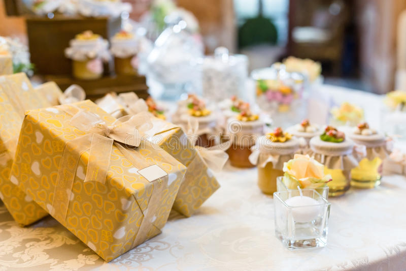 Cadeaux de mariage pour l'invité image stock