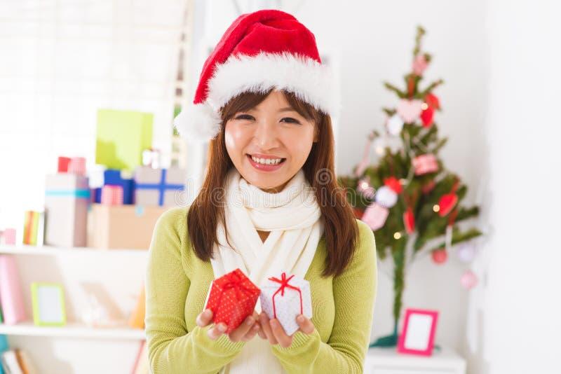 Cadeaux de Noël à disposition photographie stock libre de droits