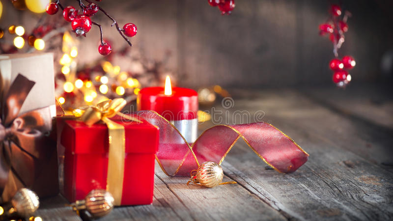 Cadeaux de Noël au-dessus de fond en bois de vintage photos libres de droits