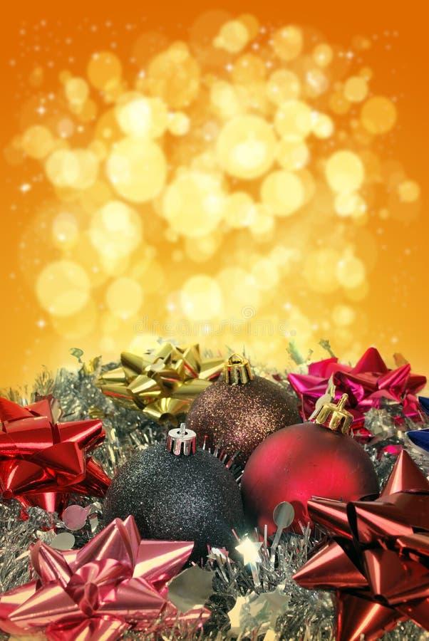 Cadeaux de Noël avec des billes de Noël photographie stock libre de droits