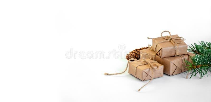 Cadeaux de Noël avec l'arbre et le cône de sapin sur le fond clair Composition minimale en vacances de nouvelle année Copiez l'es photo stock