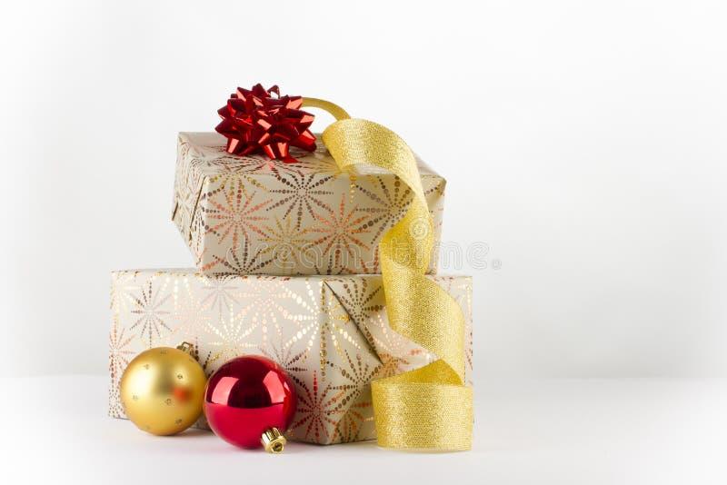 Cadeaux de Noël avec la bande d'or image libre de droits