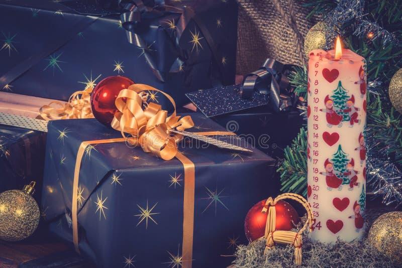 Cadeaux de Noël avec une bougie de Noël photo libre de droits