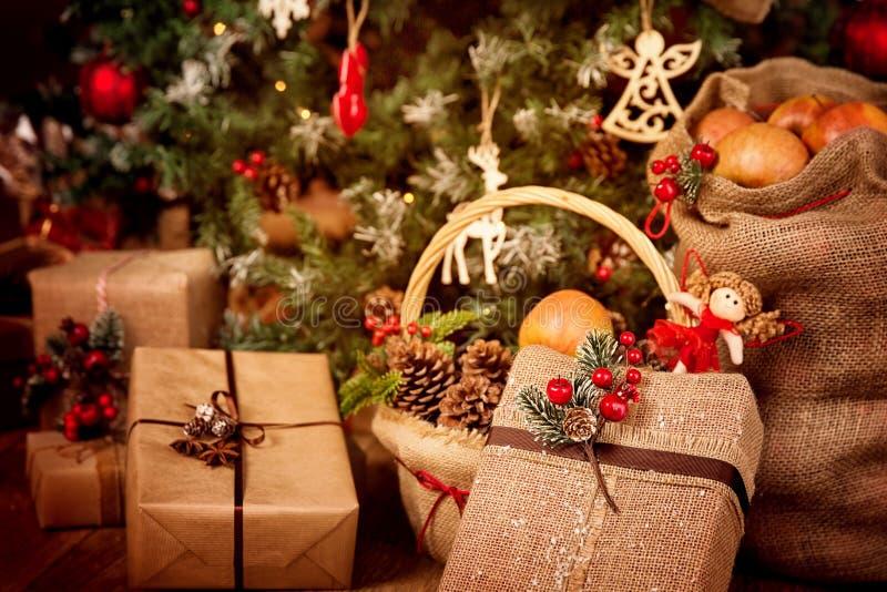 Cadeaux de Noël Décoration, Jouets d'arbre de Noël, Scène avec Décor de Burlap rétro, cônes de pin rouge photos libres de droits