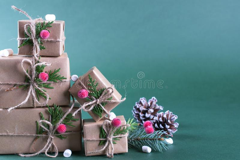 Cadeaux de Noël d'emballage Boîte-cadeau et décorations de métier Sur le fond vert images libres de droits