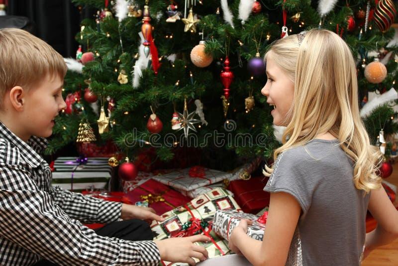 Cadeaux de Noël d'ouverture photos stock