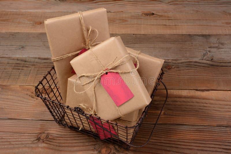 Cadeaux de Noël dans le casier métallique photographie stock libre de droits