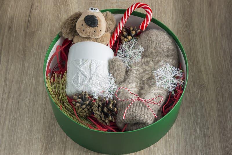 Cadeaux de Noël dans une boîte verte ronde Le concept des cadeaux photo libre de droits
