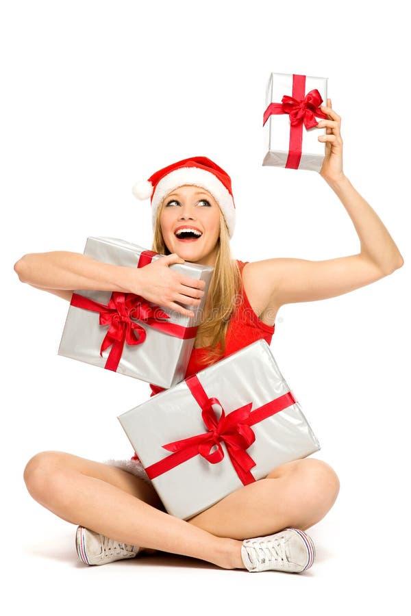 Cadeaux de Noël de fixation de jeune femme image stock