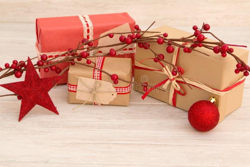 Download Cadeaux De Noël Enveloppés Avec Le Papier Brun Photo stock - Image du objet, carte: 77163258