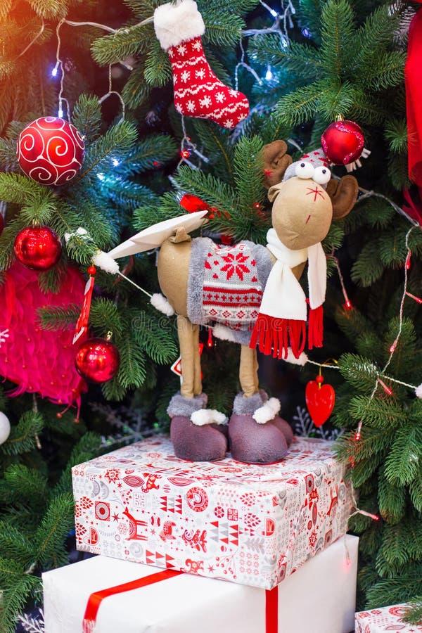 Cadeaux de Noël et de nouvelle année sous un arbre de Noël images stock