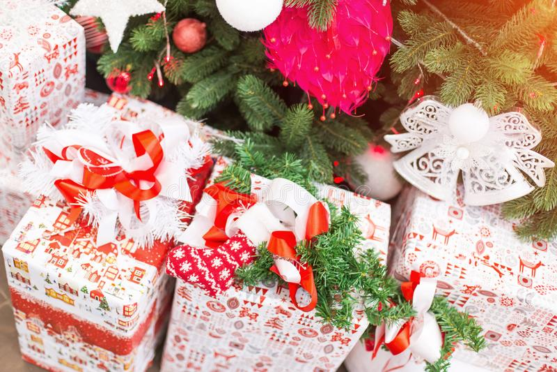 Cadeaux de Noël et de nouvelle année sous un arbre de Noël photographie stock libre de droits