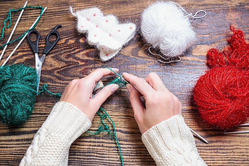 Cadeaux de Noël faits main Vue supérieure Fabrication de la décoration de nouvelle année photo stock