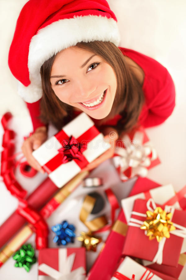 Cadeaux de Noël - femme enveloppant le cadeau de Noël photos libres de droits