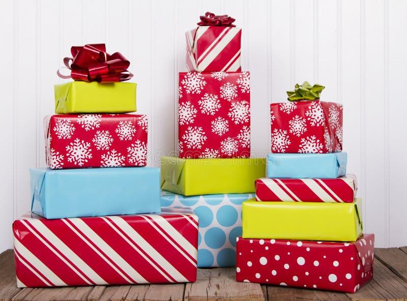 Cadeaux de Noël sur la planche en bois rustique image stock