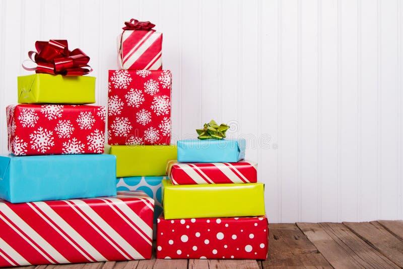 Cadeaux de Noël sur la planche en bois rustique photographie stock
