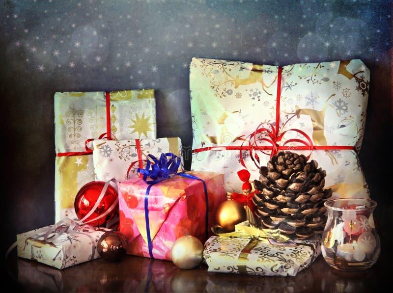 Cadeaux de Noël sur le fond bleu image stock