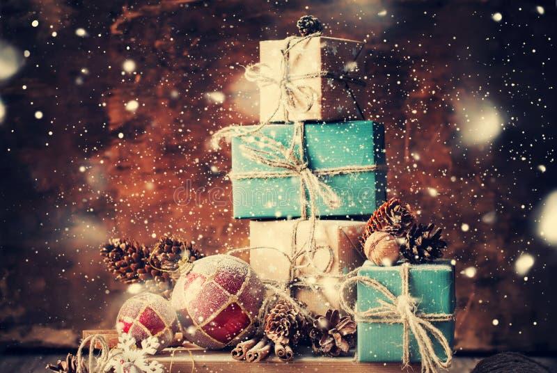 Cadeaux de Noël sur le fond en bois Neige tirée photographie stock