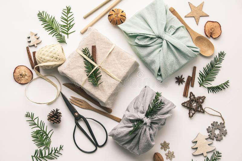 Cadeaux enveloppés de tissus et décorations de Noël en bois image libre de droits