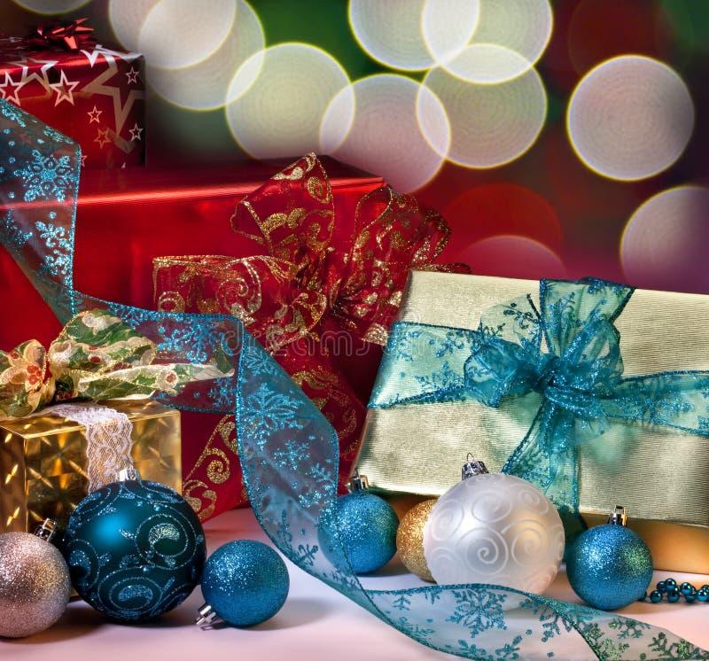 Cadeaux et décorations de Noël photos libres de droits