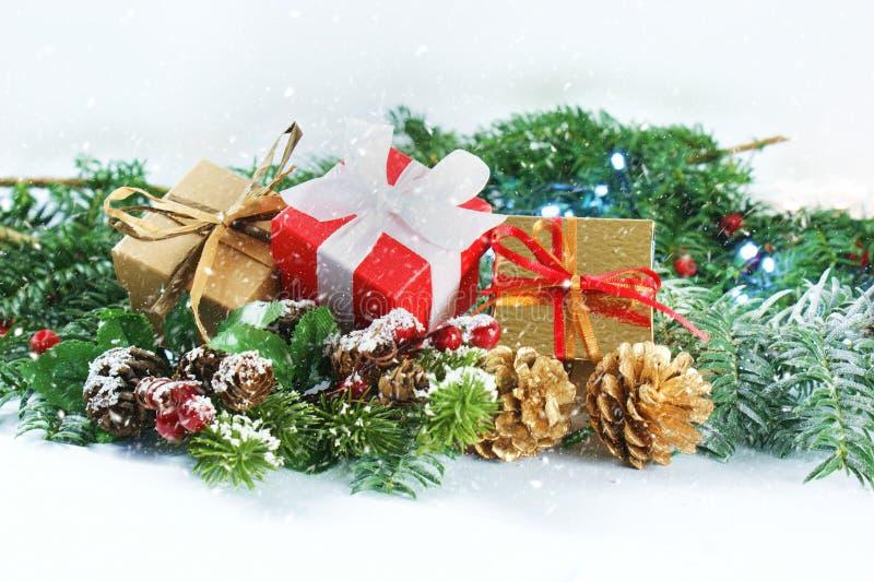 Cadeaux et décorations de Noël avec le recouvrement de neige image libre de droits