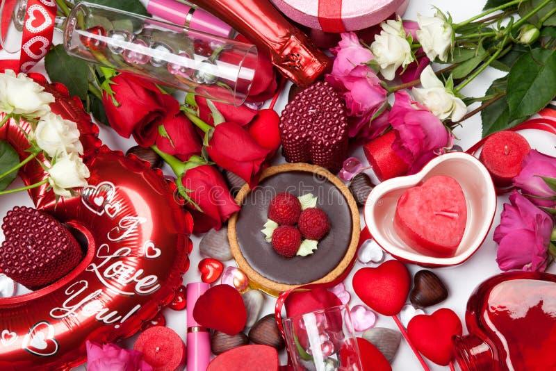 Cadeaux et festins assortis pour Valentine photographie stock libre de droits