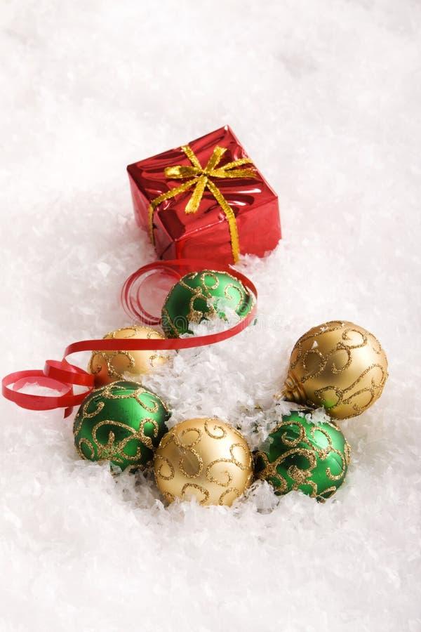Cadeaux et ornements de Noël photos libres de droits