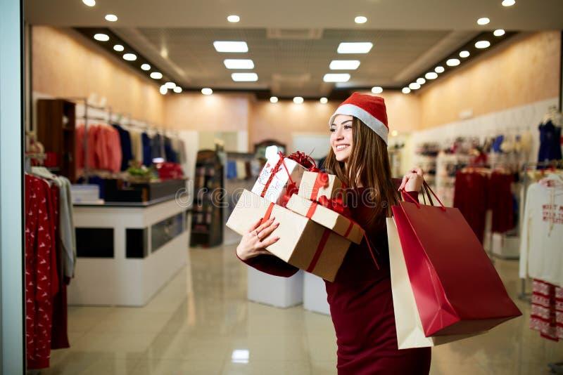 Cadeaux heureux d'achats de fille dans le mail en vente de Noël Concept de achat d'idée de vacances de nouvelle année Femme de so image stock