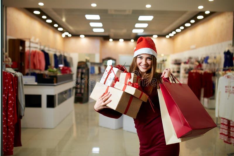 Cadeaux heureux d'achats de fille dans le mail en vente de Noël Concept de achat d'idée de vacances de nouvelle année Femme de so photos libres de droits