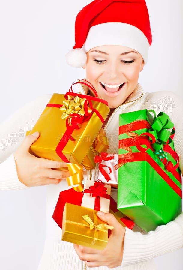 Cadeaux heureux de fixation de fille de Santa image libre de droits
