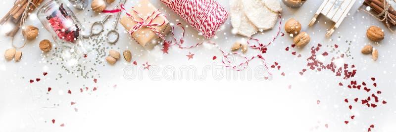 Cadeaux naturels de corde Nuts de boîte de décorations de Noël images libres de droits