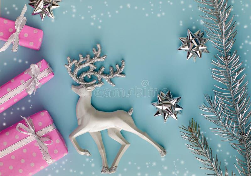 Cadeaux ou cadeaux roses en composition de Noël sur fond bleu photo stock