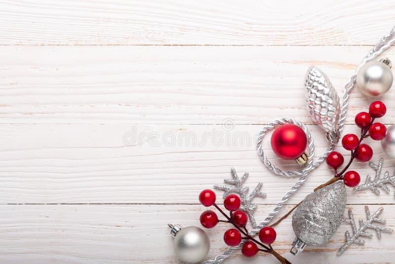 Cadeaux rouges argentés de Noël sur le fond en bois blanc photographie stock libre de droits