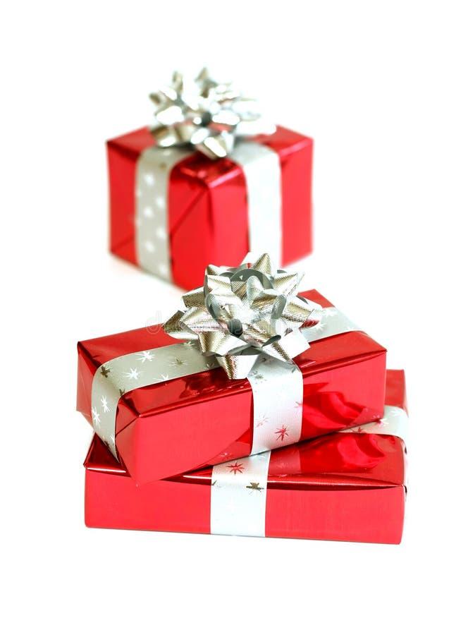 cadeaux rouges sur le blanc images stock