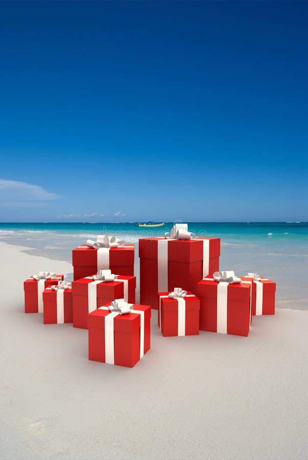 Cadeaux rouges sur une plage illustration libre de droits