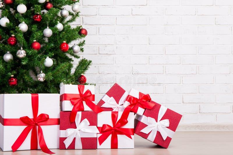 Cadeaux sous l'arbre de Noël décoré avec les boules colorées au-dessus du Br photo libre de droits