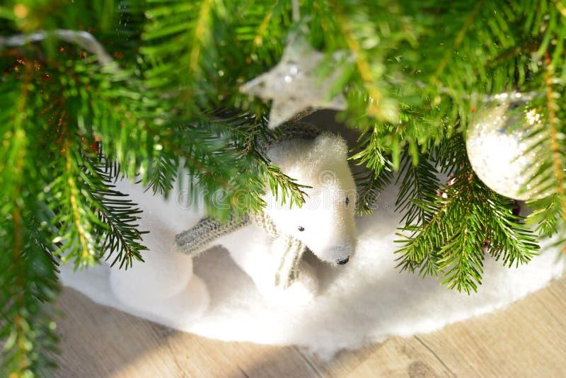 Cadeaux sous l'arbre pour le jour de Noël images stock