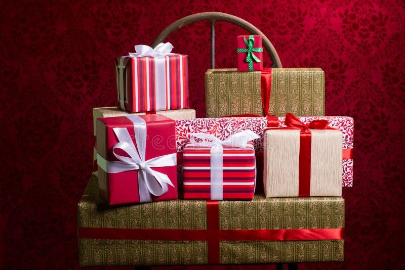 Cadeaux sur un fond rouge pendant des vacances, Noël, anniversaire images stock