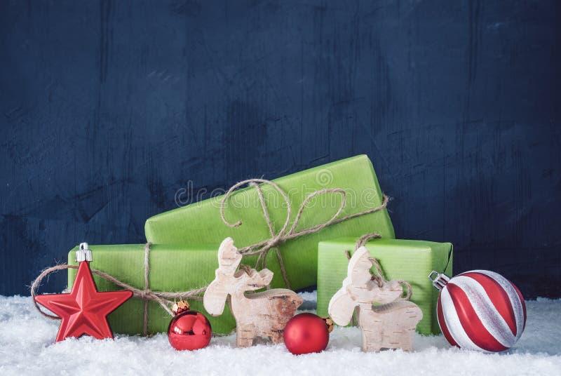 Cadeaux verts de Noël, neige, l'espace de copie, fond bleu image stock