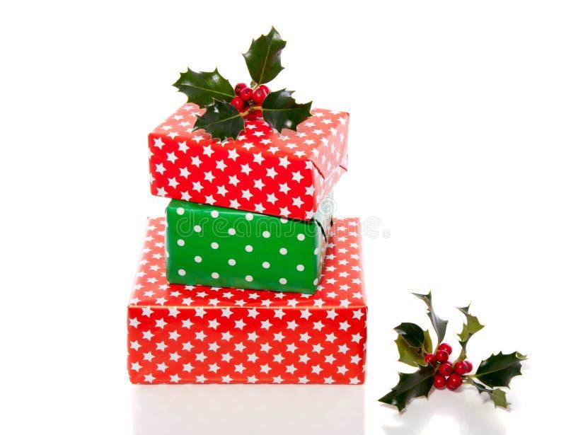 Cadeaux verts et rouges de Noël photographie stock libre de droits