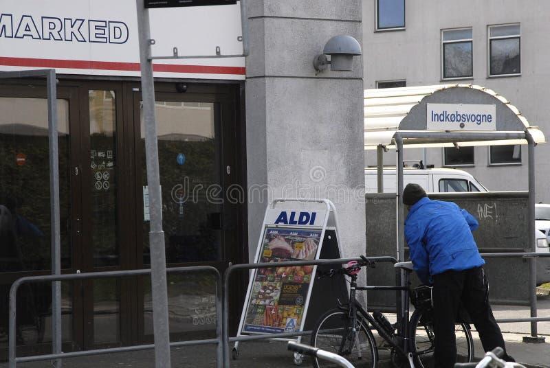 CADEIA ALIMENTAR ALEMÃO DE ALDI ABERTA NO DOMINGO DE PÁSCOA fotografia de stock royalty free