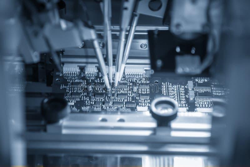 A cadeia de fabricação automática da placa de circuito da eletrônica foto de stock