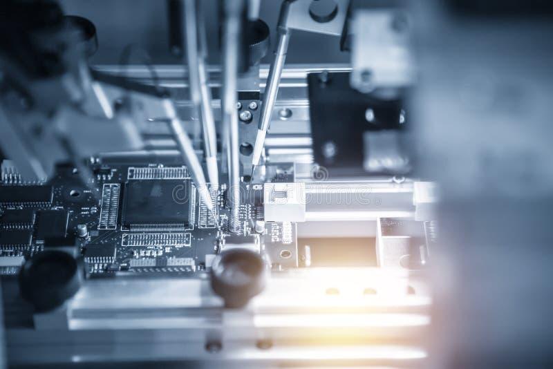 A cadeia de fabricação da placa eletrônica com microchip imagem de stock royalty free