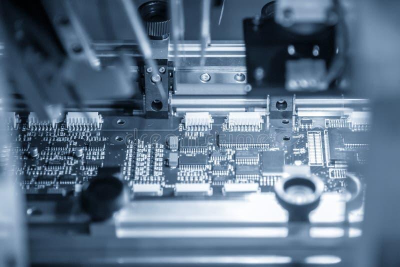 A cadeia de fabricação da placa eletrônica com o microchip no ligh fotografia de stock