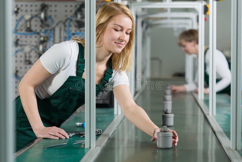 Cadeia de fabricação fêmea trabalhadores imagens de stock