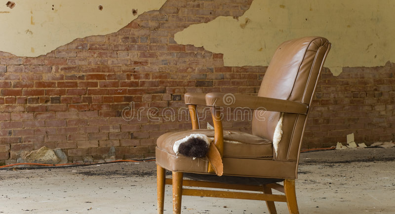 Cadeira abandonada foto de stock
